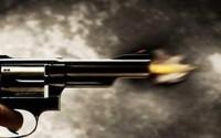 Hai nhóm côn đồ nổ súng, thanh niên đi ngang qua tử vong