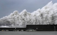 """Bão mạnh nhất 25 năm đổ bộ, Nhật Bản """"nín thở"""""""