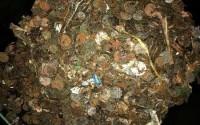 Bất ngờ đào được 'kho báu' trong giếng khô bỏ không