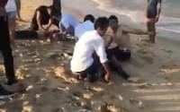 4 học sinh bị sóng biển nhấn chìm: Tuyệt vọng ấn ngực cứu người