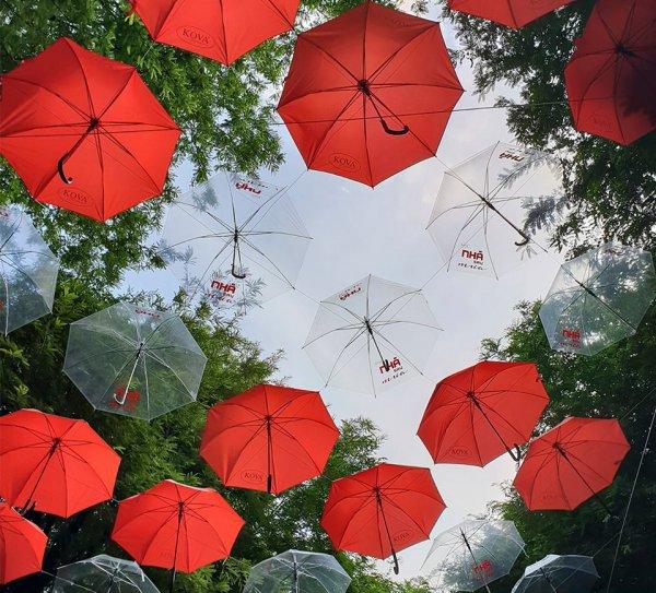 Đẹp đốn tim cung đường sách rợp trời trong sắc đỏ của những chiếc ô
