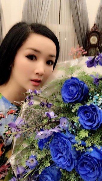 Không bon chen cùng lớp trẻ, đây là cách quý bà showbiz Việt đón lễ tình nhân ngọt ngào
