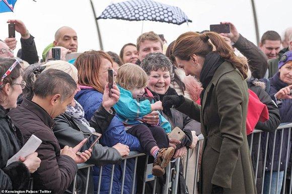 Chẳng cần xuất hiện như một ngôi sao giống Meghan, Công nương Kate từ chối cầm ô, dầm mưa lạnh khi gặp gỡ người dân