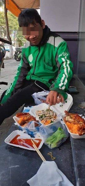 Bữa ăn sang chảnh của tài xế grab trên hè phố và câu chuyện buồn phía sau