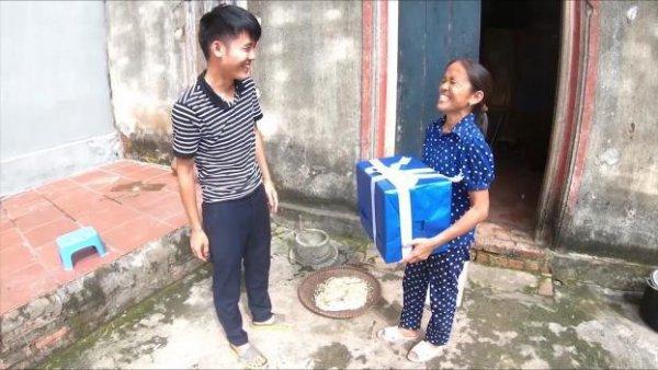 Bà Tân Vlog nhận quà bất ngờ