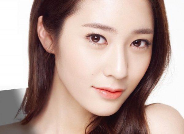 """Giới trẻ Hàn ưa chuộng phong cách make up """"sương sương"""" nhưng màu tóc và màu son nổi bật"""